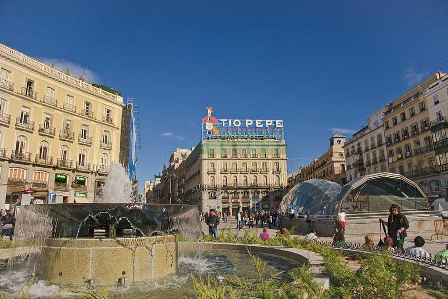 Puerta del sol storia curiosit di una piazza a madrid for Hotel paris en madrid puerta del sol